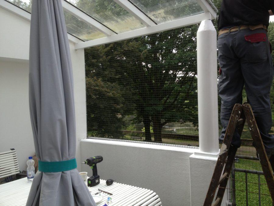 Katzennetz anbringen an Balkon