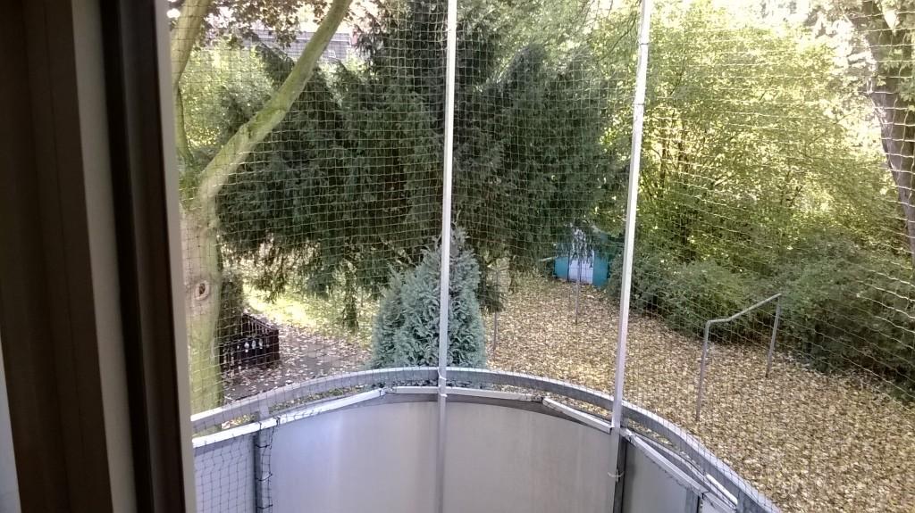 Runder Balkon mit Katzennetz