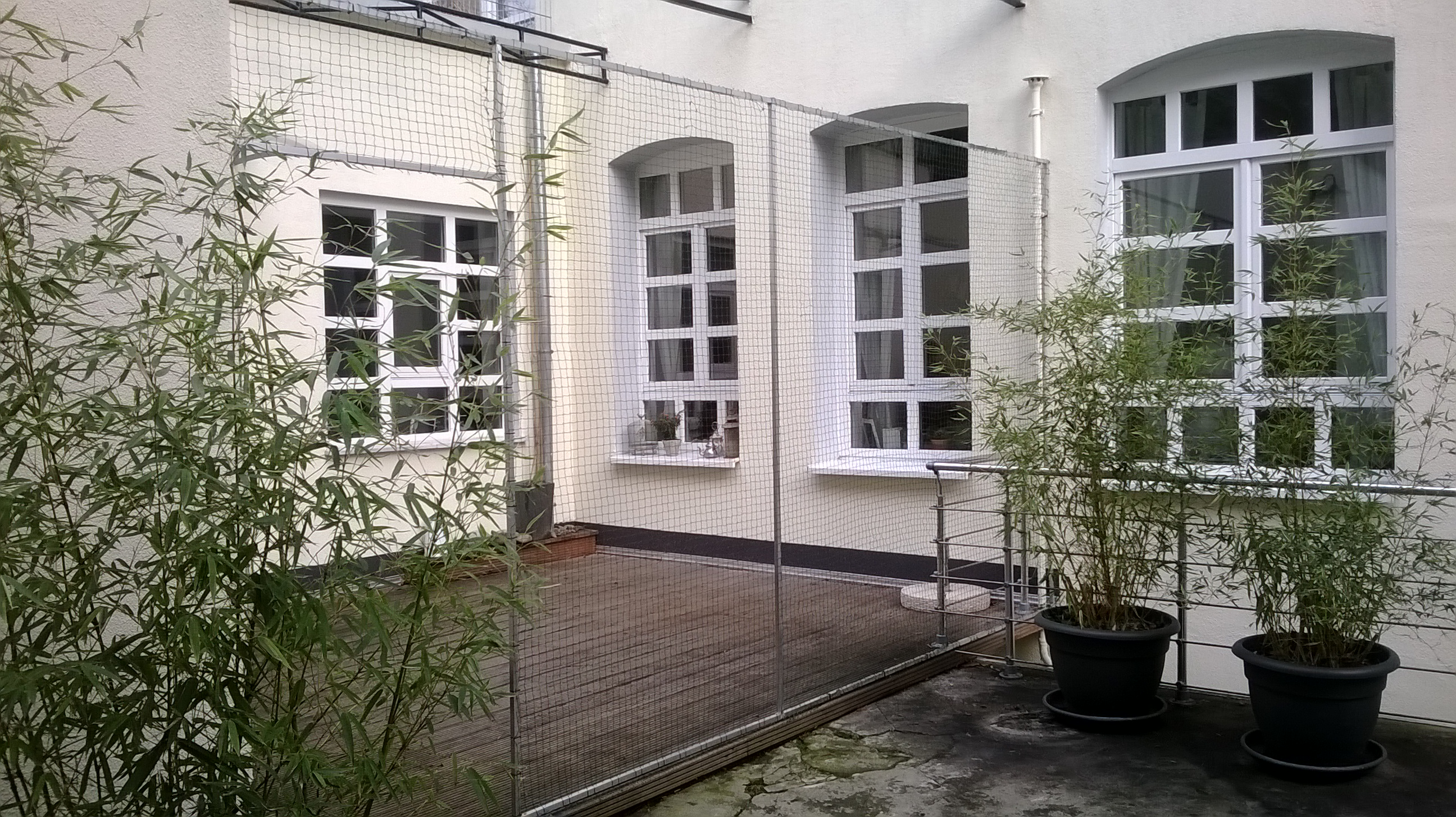 terrasse mit katzennetz system und durchgang in d sseldorf katzennetze nrw der katzennetz. Black Bedroom Furniture Sets. Home Design Ideas