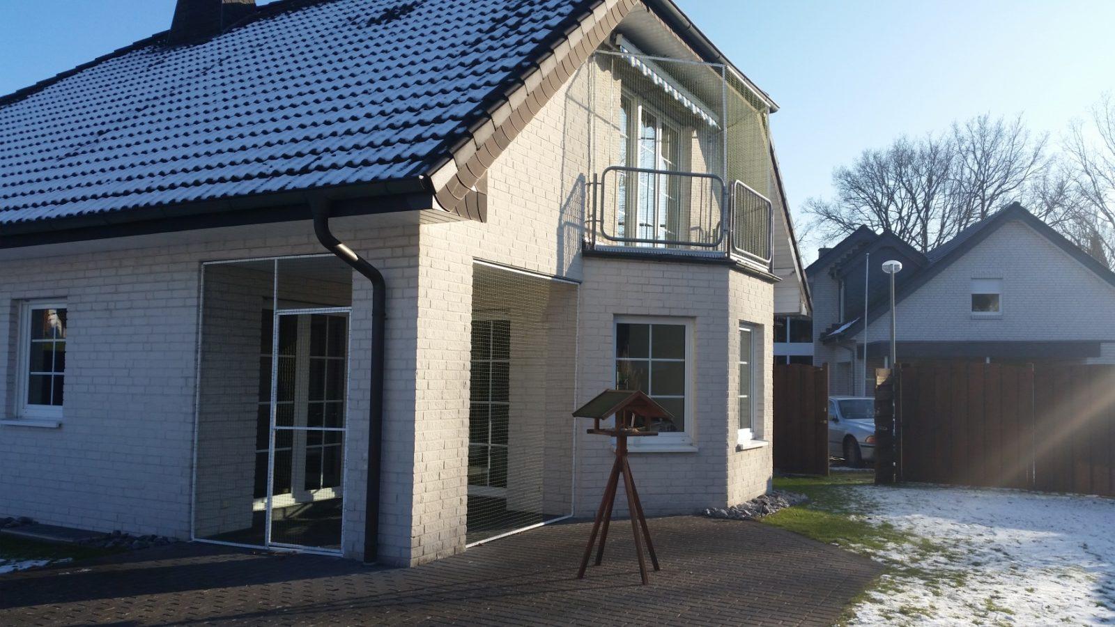 Balkon und terrasse mit katzennetz system abgesichert for Haus und garten