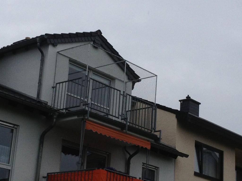 Freistehender Balkon mit Katzennetz System in Bonn