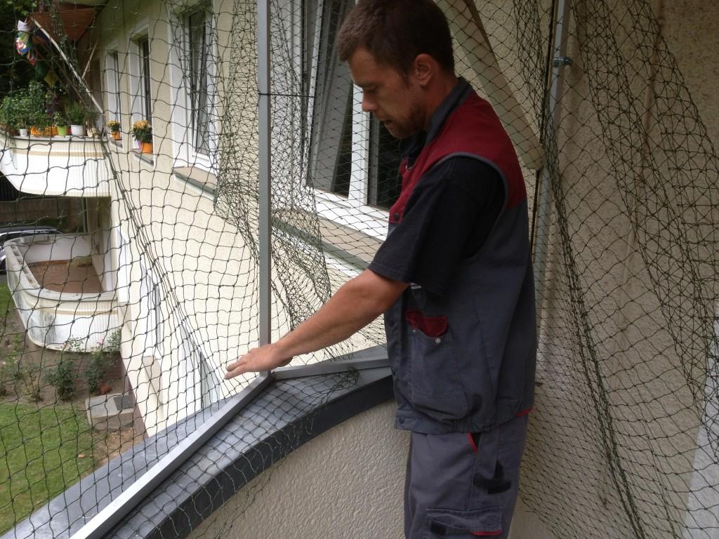 Das Netz wird lückenlos am Katzennetz-Systemträger angebracht