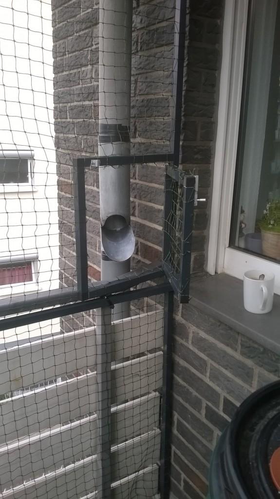 Die Regentonnen kann dank der Öffnungsfunktion im Katzennetz befüllt werden