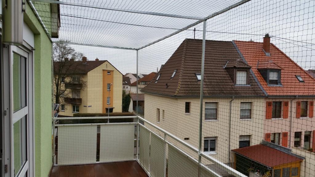 Nach_oben_offener_Balkon_mit_Katzennetz