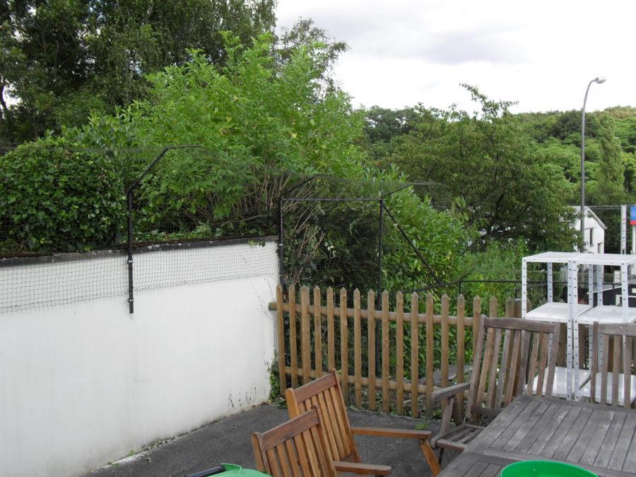 Terrassenmauer mit Katzennetz ueberkletterschutz