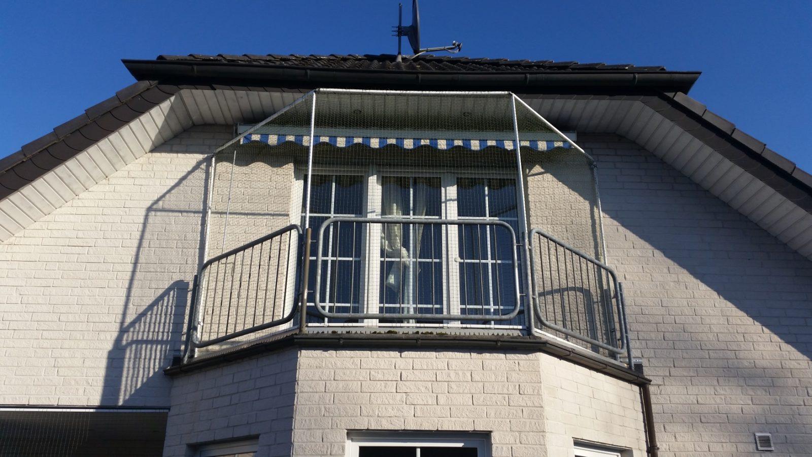 Balkon oben offen mit Katzennetz