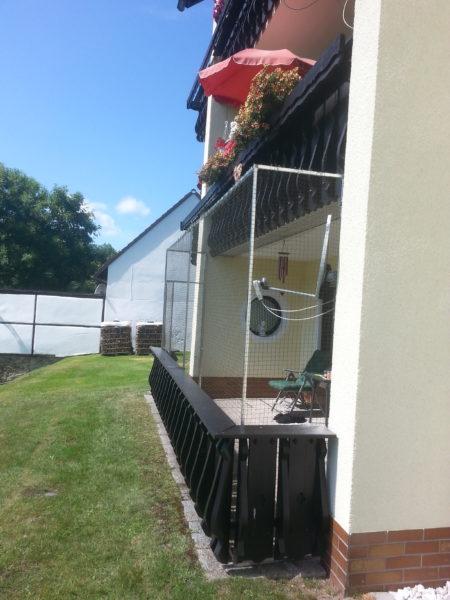 balkon mit durchgang mit katzennetz komplett gesichert katzennetze nrw der katzennetz profi. Black Bedroom Furniture Sets. Home Design Ideas