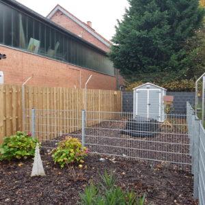 Abgewinkeltes Katzennetz System zur Zaunsicherung im Garten