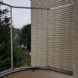 Ein Katzennetz am Balkon anbringen