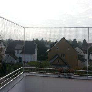 Katzennetz auf Balkonbrüstung