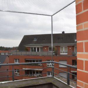 Katzennetz am Balkon mit oberer Vernetzung