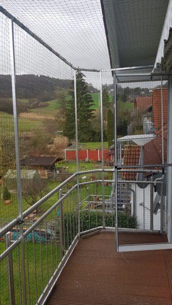 Balkon umlaufend mit Katzennetz System inkl. oberer Vernetzung abgesichert