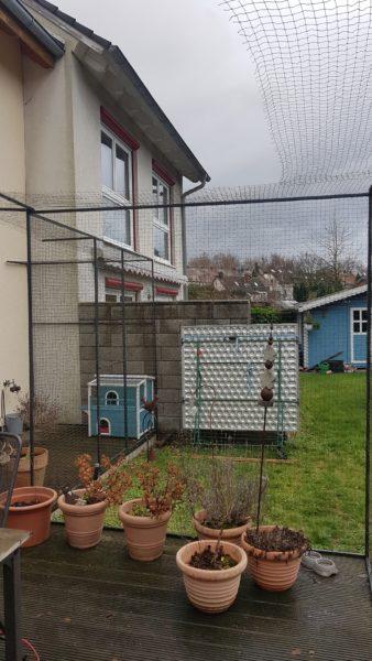 Katzennetz mit Überkletterschutz auf Terrasse