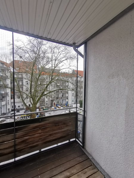 Katzennetz anbringen am Balkon