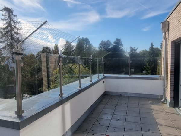 45° Überkletterschutz Balkongeländer aus Glas Katzennetz